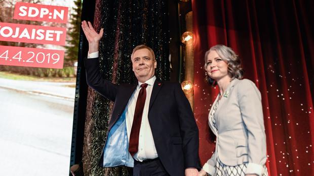 El líder de los socialdemócratas, Antti Rinne, junto a su esposa