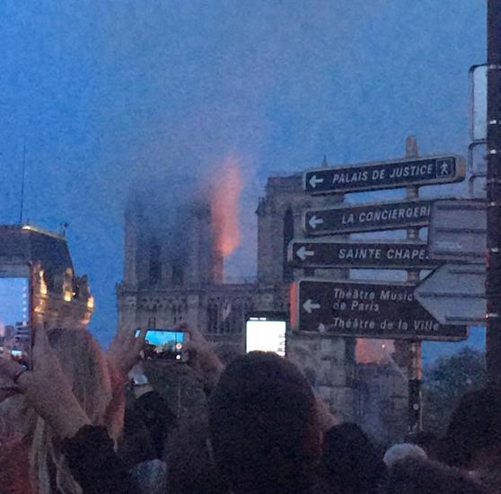 Arde una de las dos torres de la fachada de la Catedral