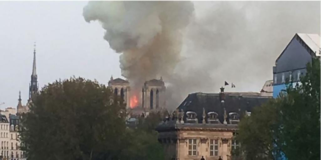 Incendio en Notre Dame, en directo: el fuego podría deberse a las obras de renovación