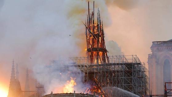 Aspecto de la aguja de la Catedral, prácticamente destruida por las llamas