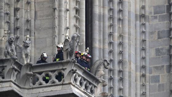 Bomberos junto a las gárgolas de Notre Dame