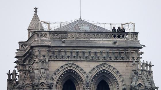 Bomberos en una torre de la catedral de Notre Dame