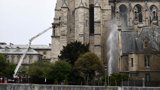 Los bomberos continúan trabajando en Notre Dame