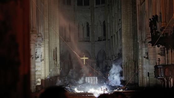 Estado del interior del altar principal de Notre Dame a medianoche de ayer