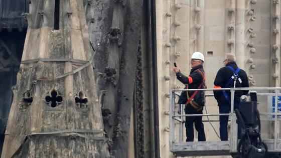 Técnicos examinando los daños en Notre Dame