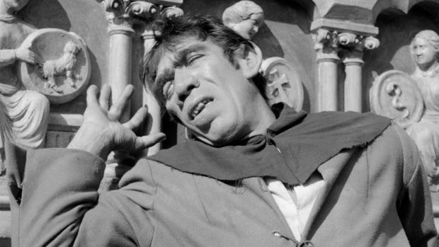 El actor Anthony Quinn como Quasimodo en la película «Nuestra Señora de París» (1956)