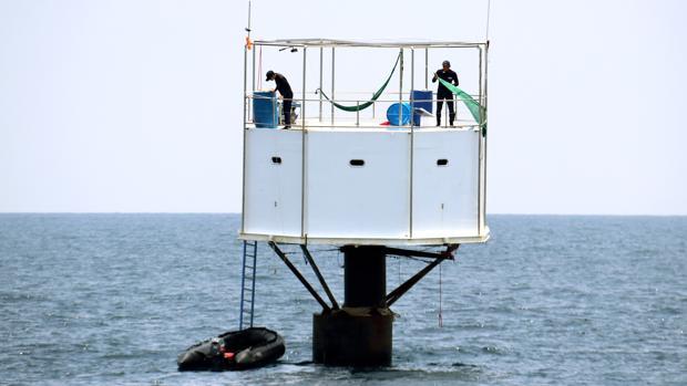 La marina tailandesa se apoderó y retiró la casa flotante