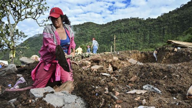 Una mujer busca más víctimas tras el deslizamiento