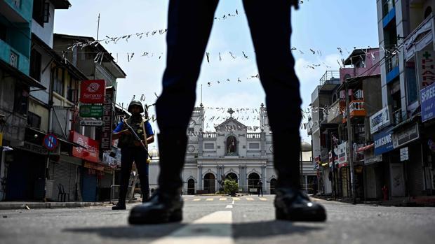 Policías junto a la iglesia de San Antonio en Colombo