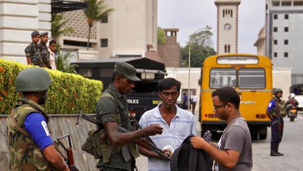 Con numerosos controles por toda la ciudad, Colombo está tomada por la Policía para impedir nuevos atentados de los terroristas huido