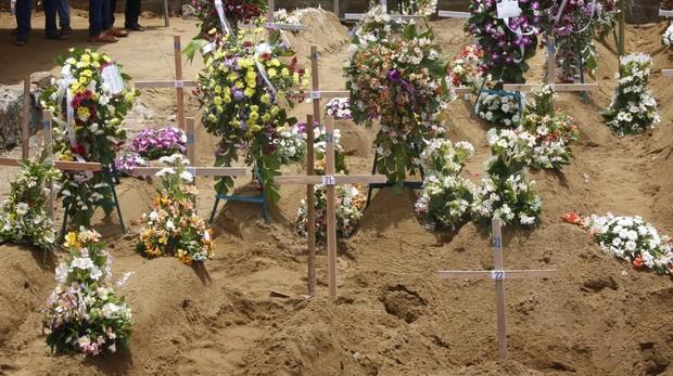 Montículos de tierra tras el entierro de alguans de las víctimas de los atentados en Sri Lanka