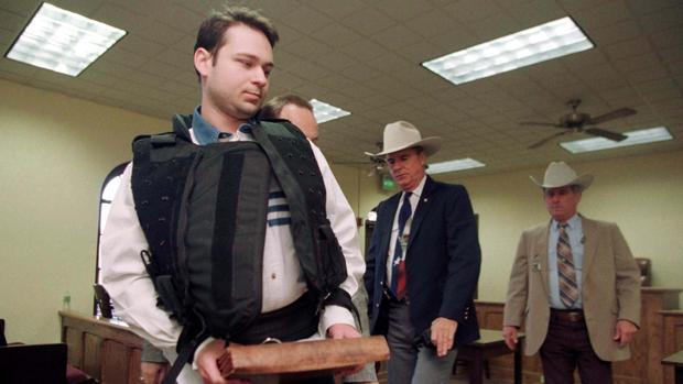 John William 'Bill' King, escoltado por las autoridades de Texas