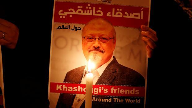 Un manifestante sostiene un cartel con una foto del periodista saudí Jamal Khashoggi
