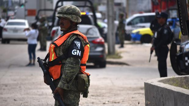 Miembros de la Guardia Nacional vigilan las calles de Minatitlan, en el estado de Veracruz (México)