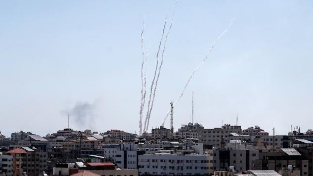 Israel bombardea Gaza y Hamás lanza 90 cohetes contra el sur del país