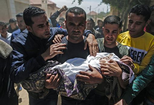 Funeral de Saba Abu Arar, un bebé muerto en las últimas horas a causa de un bombardeo israelí, según Hamás, o a causa de la explosión de un cohete de Hamás, según Israel