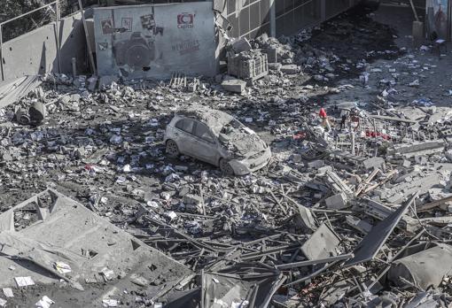 Daños tras un ataque aéreo israelí en Gaza, hoy. Según las autoridades israelíes, se han lanzado más de 250 cohetes desde Gaza este fin de semana