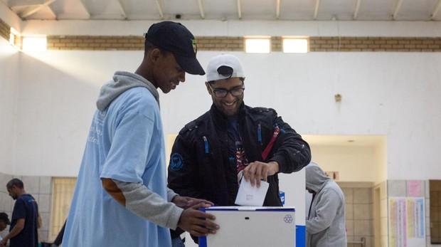 Sudáfrica da un ejemplo de democracia al votar sin incidentes