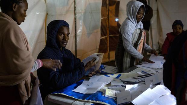 Ramaphosa ganaría las elecciones en Sudáfrica con mayoría pero pierde apoyos