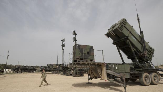 EE.UU. refuerza su despliegue con misiles y un buque de asalto para frenar a Irán