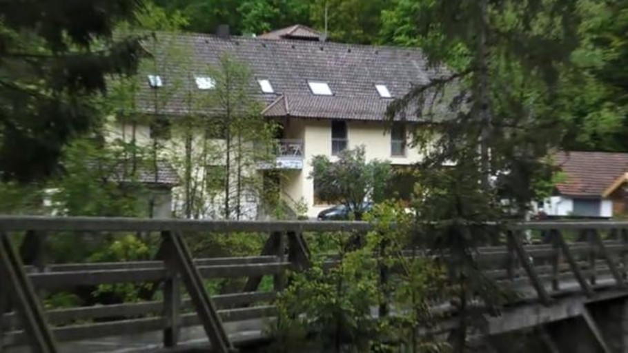 Encuentran los cadáveres de tres huéspedes de un hotel de Alemania con flechas de ballesta
