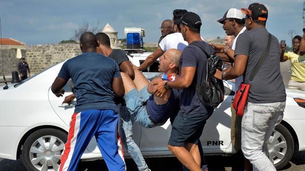 Cuba reprime con dureza la marcha LGTBI no controlada por el régimen