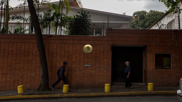 España comprará de emergencia un vehículo blindado para su embajada en Caracas