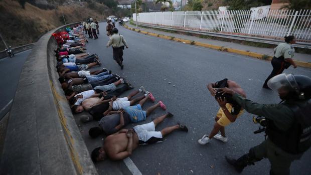 Varias personas yacen detenidas en Caracas durante los apagones de marzo