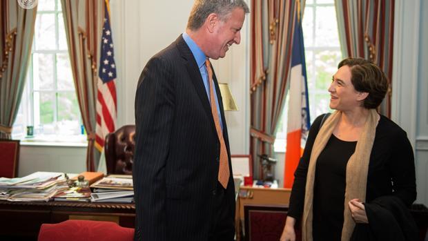 El alcalde de Nueva York entra en la carrera presidencial y hace campaña por Ada Colau