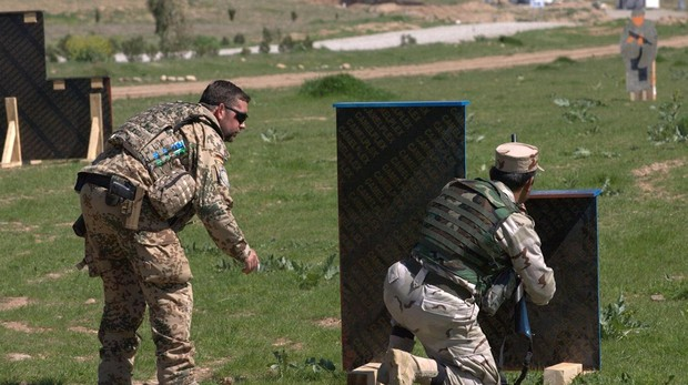 Un soldado alemán instruye a un soldado kurdo iraquí en Erbil