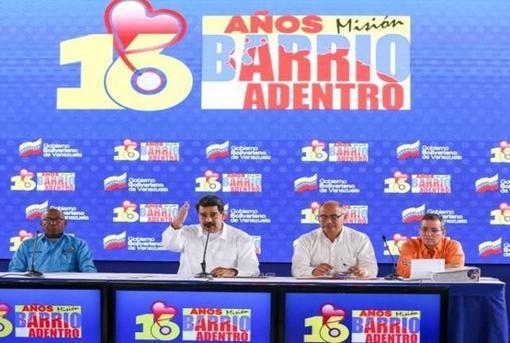 El presidente Maduro, en el centro, el pasado 17 de abril en la celebración del XVI aniversario de la creación de las Misiones Barrio Adentro. El primero, por la derecha, es el reponsable de las misiones en Venezuela, Julio García