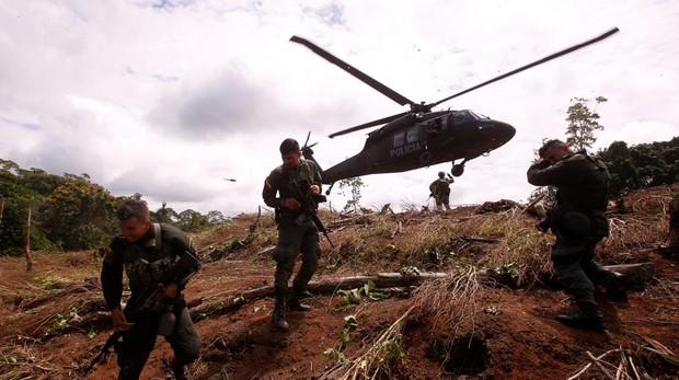 Miembros del Ejército colombiano son vistos en la zona donde se realizan trabajos de erradicación de cultivos de coca