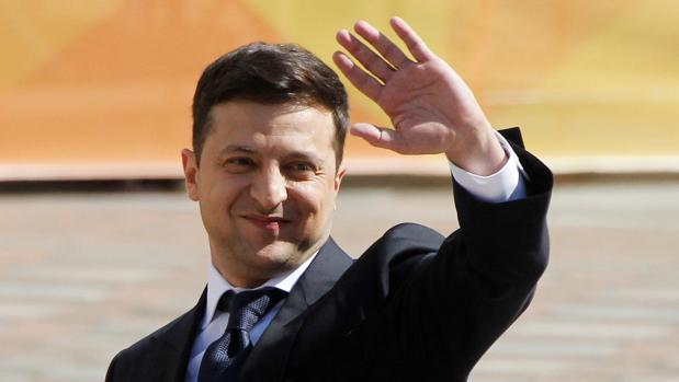 Zelenski toma posesión como presidente de Ucrania y disuelve el Parlamento como primera medida