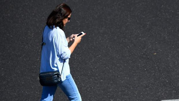 Nueva York declara la guerra al móvil en los pasos de peatones