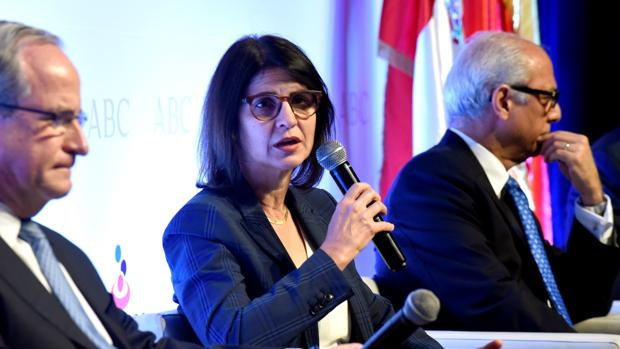"""La directora ejecutiva del Grupo Ramos, Mercedes Ramos, habla durante la inauguración de Foro ABC América: """"República Dominicana: crecimiento y sostenibilidad"""""""