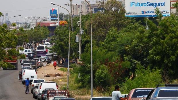 Decenas de coches hacen cola esperando cargar combustible en Maracaibo