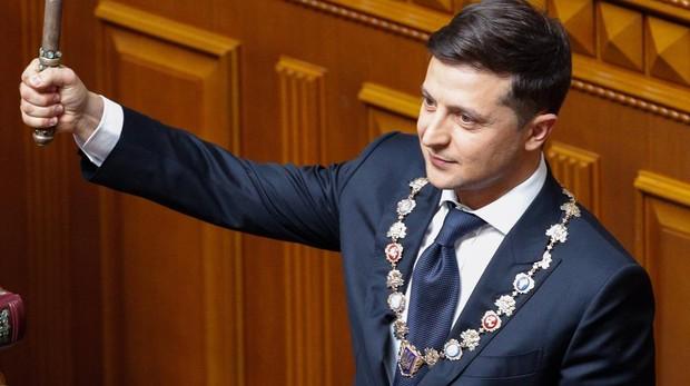 Zelenski promete reunificar Ucrania en su toma de posesión como presidente