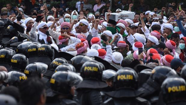 Al menos 6 muertos y 200 heridos en disturbios tras la reelección del presidente en Indonesia