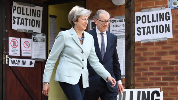 Theresa May y su marido Phillip salen de un colegio electoral de Sonning tras participar en los comicios europeos