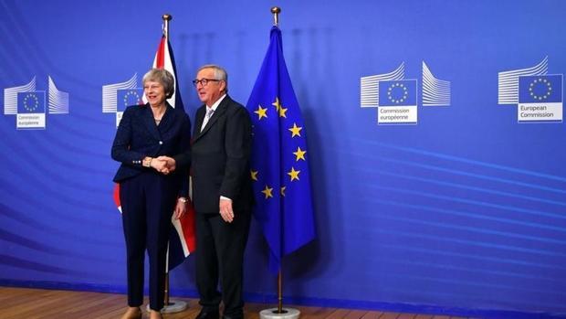 May y Juncker durante la firma del acuerdo de Brexit el año pasado