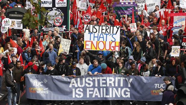 «Me quedo sin comer para que mi hija pueda hacerlo»: los efectos de la austeridad en el Reino Unido