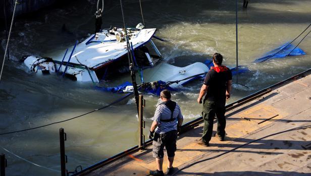 La tragedia olvidada del Danubio: aparecen más cadáveres en el barco turístico reflotado