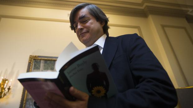 Jaime Bayly firma un ejemplar de su último libro, «Pecho Frío», en Madrid