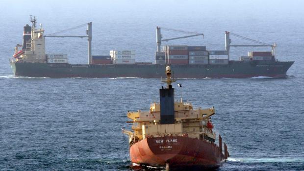 Evacuados dos buques petroleros tras presuntos «ataques» en el golfo de Omán