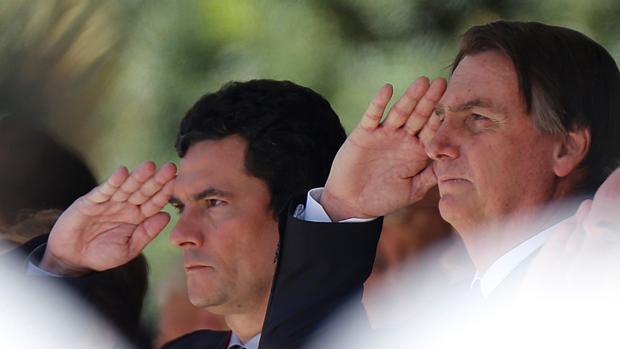 Bolsonaro condecora a su superministro más polémico