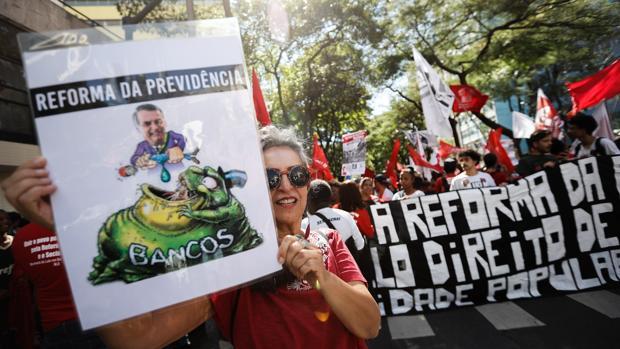 Manifestación contra el Gobierno en Belo Horizonte, durante la jornada de huelga general en Brasil