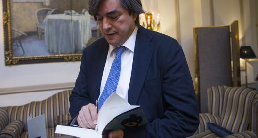 Jaime Bayly firma un ejemplar de su libro «Pecho Frío»