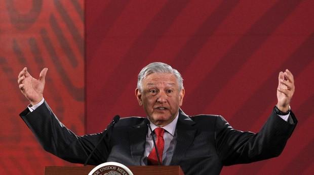 López Obrador cancela una obra pública tras celebrar una votación a mano alzada durante un mitin