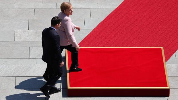 Dudas sobre el estado de salud de Merkel después de sufrir temblores durante un acto oficial