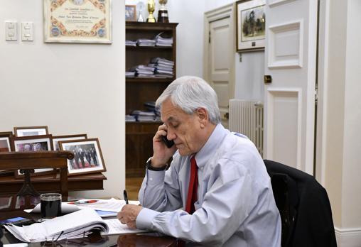 El presidente chileno atiende una llamada en su despacho